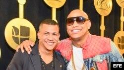 """Fotografía de archivo del 23 de febrero de 2017 del dúo cubano Gente de Zona, posando con los trofeos recibidos en la gala del Premio Lo Nuestro a la Música Latina, en Miami, Florida. Gente de Zona, creador de """"La gozadera"""", regaló hoy, miércoles 29 de ma"""