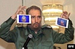 Fidel Castro muestra fotografías de Luis Posadas Carriles el 17 de noviembre de 2000 en una conferencia en la Ciudad de Panamá.