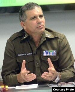 El coronel Méndez Mayedo, jefe de la Dirección de Identificación, Inmigración y Extranjería del MININT.