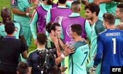 Cristiano (c-d) abraza a Gareth Bale (c-i) de Gales.