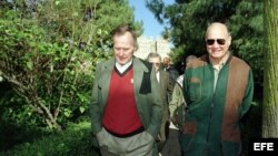 Foto de archivo: El ex presidente de Estados Unidos, George Bush, y el general Norman Schwarzkopf, durante una visita a España