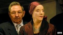 La fundadora y directora del Ballet Nacional de Cuba, Alicia Alonso, acompañada de Raúl Castro.