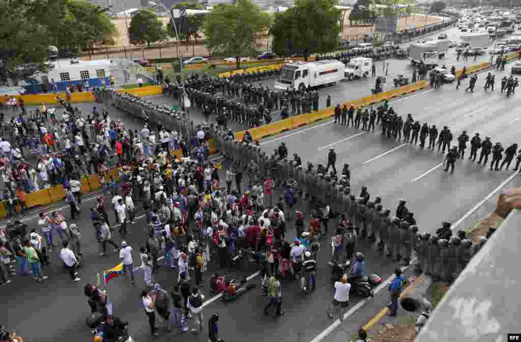 Thousands protest against the electoral fraud in Caracas, Venezuela, 15 April 2013. Protesters got to the highway where thwy were stopped by the police. Earlier, Capriles had told his supporters to hit saucepans in case elected president Nicolas Maduro wa