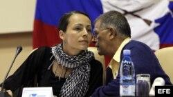 """La guerrillera holandesa de las Fuerzas Armadas Revolucionarias de Colombia (FARC), Tanja Nijmeijer (i), alias """"Eillen"""" o """"Alexandra"""" conversa con el guerrillero Rodrigo Granda, alias """"Ricardo Téllez""""."""