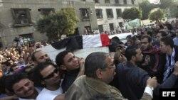 Varias personas cargan con el ataúd de Gaber Salah, uno de los dos jóvenes que perecieron durante los últimos choques en Egipto entre manifestantes y las fuerzas de seguridad durante su funeral en frente de la mezquita de Omar Makram, en El Cairo, Egipto
