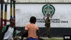 Niños colombianos frente a estación policial