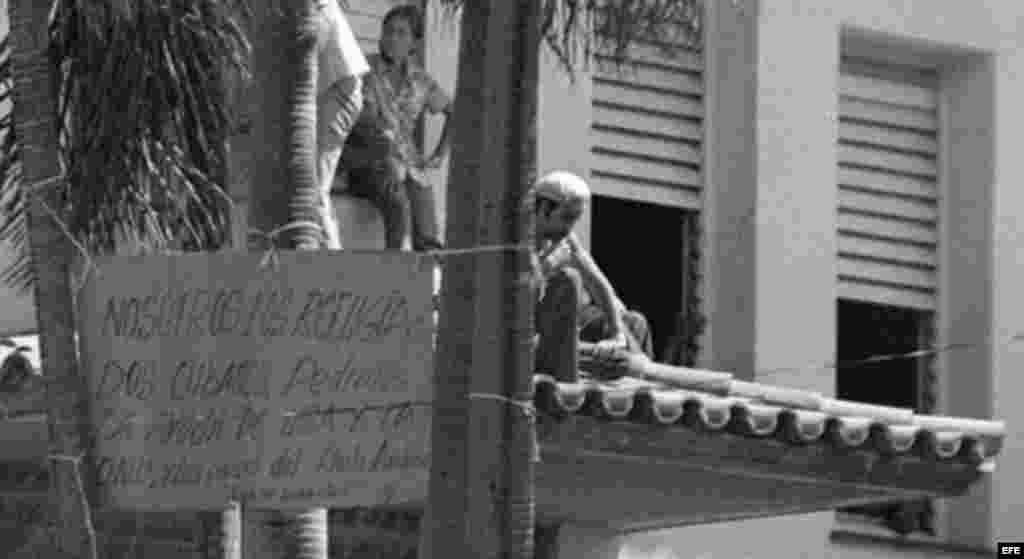 El 4 de abril de 1980, las autoridades cubanas retiran la protección a la embajada peruana.