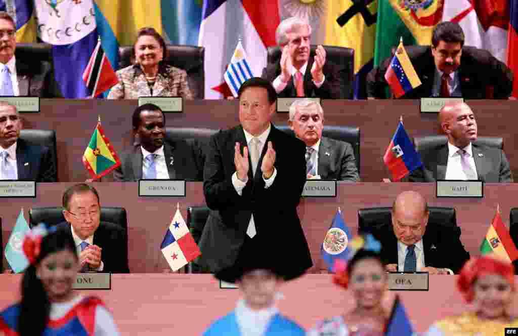 El presidente de Panamá, Juan Carlos Varela, es aplaudido por varios líderes americanos durante la inauguración de la VII Cumbre de Jefes de Estado y de Gobierno de las Américas.