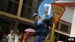 Un hombre instala una señal de tránsito en una calle de la Ciudad de Holguín (Cuba).