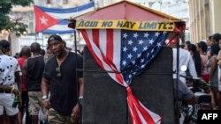 Un bicitaxi con la bandera estadounidense transporta turistas en La Habana.