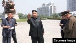 Kim Jong-un (c) en Pyongyang.