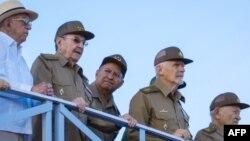 Raúl Castro, José Ramón Machado Ventura, Leopooldo Cintra Frias, Ramiro Valdéz y Guillermo García Frías.