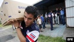 Miembros de la Cruz Roja costarricense, en acción de ayuda humanitaria. Archivo.