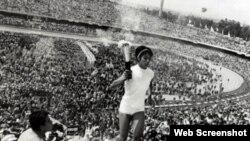 En México fue la primera vez que una mujer encendió el pebetero del estadio olímpico. El honor perteneció a la corredora mexicana Enriqueta Basilio.
