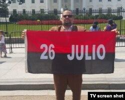 Kcho desplegó la bandera 26 de Julio ante la Casa Blanca.