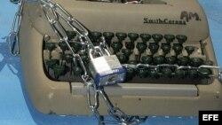 """Una vieja máquina de escribir encadenada en el muelle de la embarcación """"Democracia"""". Foto Archivo"""