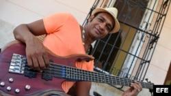 El cantautor cubano, Descemer Bueno.