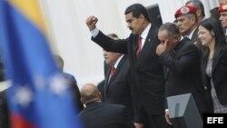El ganador de las elecciones del pasado 14 de abril, Nicolás Maduro (i), saluda a seguidores junto al presidente de la Asamblea Nacional, Diosdado Cabello.