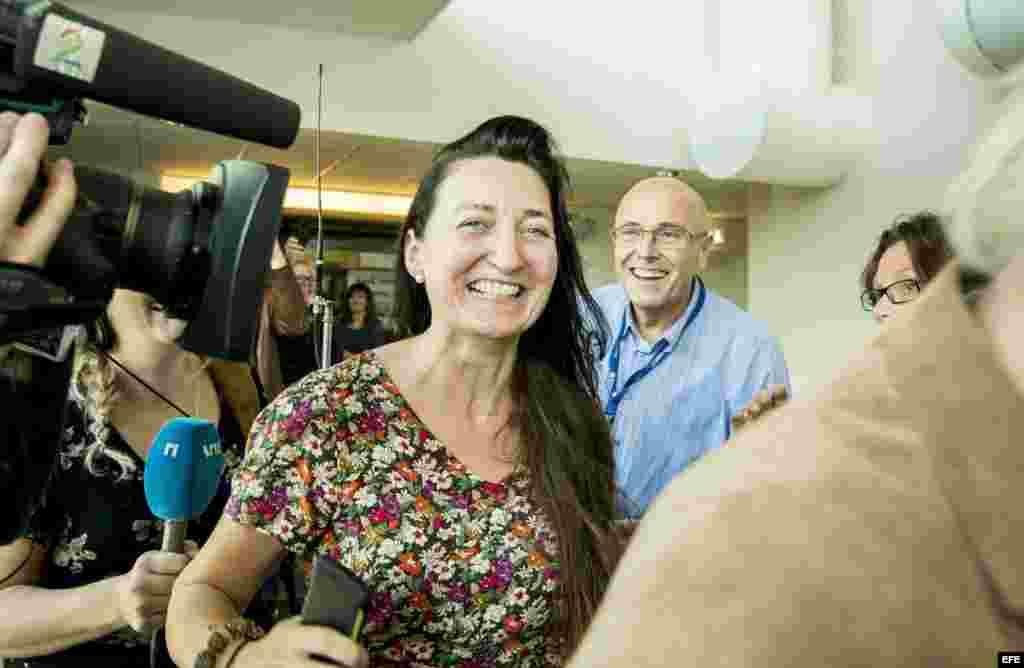 La neurocientífica noruega May-Britt llega sonriente a la fiesta de celebración por su el Premio Nobel de Medicina organizada en en la Universidad Noruega de Ciencia y Tecnología (NTNU), en Trondheim (Noruega).
