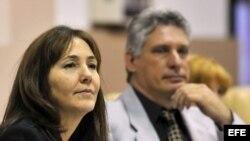 Mariela Castro Espín (i), hija del gobernante cubano Raúl Castro, junto a Miguel Diaz Canel (d), cuando éste ocupaba el cargo de ministro de Educación Superior