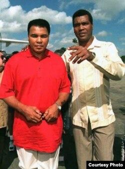 Muhammad Alí en La Habana con Teófilo Stevenson, el multicampeón cubano con el que nunca se enfrentó.