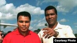 Alí en La Habana con Teófilo Stevenson, el multicampeón cubano con el que nunca se enfrentó.
