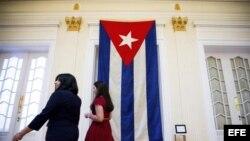 La última bandera que ondeó en la embajada cubana en Estados Unidos el 3 de enero de 1961 decora la nueva embajada de cubana de Washington.