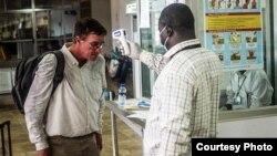 Control de temperatura en el aeropuerto de Sierra Leona.