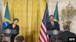 El presidente estadounidense, Barack Obama (d), ofrece una rueda de prensa con su homóloga brasileña, Dilma Roussef (i), en la Casa Blanca, Washington, Estados Unidos, hoy, martes 30 de junio de 2015.