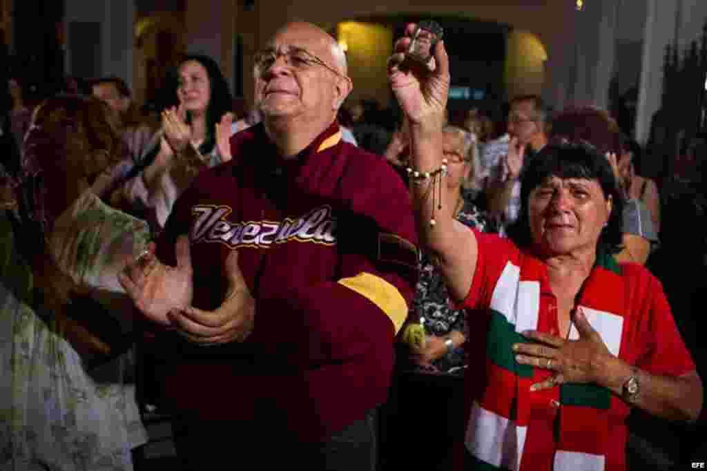 Varias personas asisten hoy, lunes 31 de diciembre de 2012, a una misa por la salud del presidente de Venezuela, Hugo Chávez, en Caracas (Venezuela). El fin de año en Venezuela estuvo marcado por la suspensión de las fiestas públicas para despedir el 2012