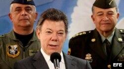 Fotografía de archivo del presidente de Colombia, Juan Manuel Santos (c). EFE/LEONARDO MUÑOZ