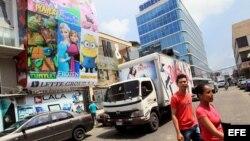 Dos personas cruzan por una calle de la Zona Libre de Colón, adonde concurren tanto agentes comerciales del gobierno como compradores de insumos para el sector privado cubano.