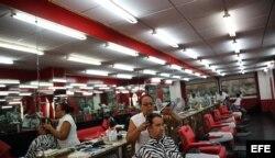 Un hombre se corta el cabello en una barbería privada en La Habana (Cuba).
