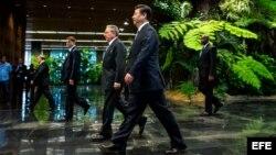 Raúl Castro (c-i) y Xi Jinping (c-d), en la ceremonia de condecoración con la orden José Martí al mandatario asiático, en el Palacio de la Revolución de La Habana (Cuba). Xi Jinping se reunió ayer con los hermanos Fidel y Raúl Castro durante la primera jo