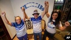 De izq. a der. Lucía Pineda, Miguel Mora y su esposa Verónica Chávez celebran su excarcelación el 11 de junio en Managua. AP/Alfredo Zúñiga