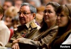 De izq. a der. Castro, su hija Deborah y su nieta Vilma, fruto del matrominio entre Deborah y Rodríguez López-Calleja. REUTERS/Adalberto Roque/Pool