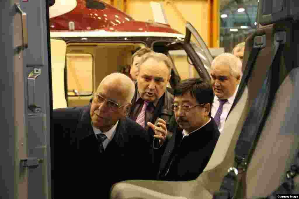 Ricardo Cabrisas revisa helicópteros rusos para Cuba.