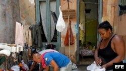 Varias personas sacan sus pertenencias fuera de las casa para que les de el sol hoy, lunes 11 de septiembre del 2017, después del paso del huracán Irma por La Habana (Cuba). Al menos 10 personas han muerto en Cuba como consecuencia de los efectos del hura