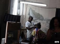Un hombre se corta el cabello en una barbería privada en La Habana.