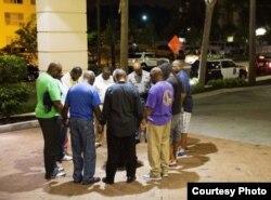 Miembros de la Iglesia Metodista Emmanuel (Carolina del Sur) oran luego de un ataque en el que murieron nueve de sus hermanos en la fe.