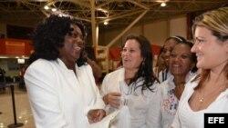 La líder del grupo disidente Damas de Blanco, Berta Soler (i), habla con sus compañeras el 10 de marzo de 2013, antes de viajar a España en su primera salida al extranjero desde La Habana (Cuba).