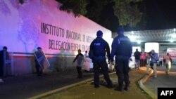 La policía federal de México vigila la Estación Migratoria Siglo XXI, en Tapachula, Estado de Chiapas, de donde escaron cientos de cubanos la noche del jueves 25 de abril, 2019. AFP.