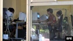 """Varias personas consultan Internet en una """"sala de navegación"""", perteneciente a la empresa estatal Correos de Cuba hoy, jueves 10 de febrero de 2011, en La Habana."""
