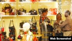 Antonio Castro, hijo de Fidel Castro en la tienda Desigual del Centro Comercial del Hotel Comodoro. Tomado del blog This-is-this