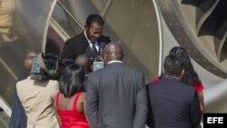 El presidente de Guinea Ecuatorial, Teodoro Obianof (c), llega al aeropuerto de Maiquetía en Caracas (Venezuela).