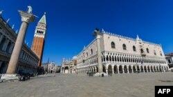 La plaza normalmente más concurrida del centro de Venecia aparece vacía la tarde del miércoles en medio de la pandemia del coronavirus que azota Italia (Foto: Andrea Pattaro/AFP).