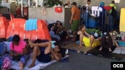 Los cubanos varados en Costa Rica han improvisado camas en las calles mientras esperan.
