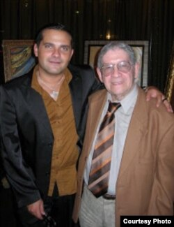El novelista William Navarrete (izq.) junto al dramaturgo José Triana.
