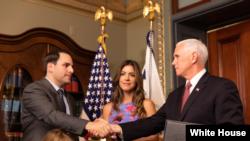 Carlos Trujillo presta juramento ante el vicepresidente Mike Pence, como nuevo embajador de EEUU en la OEA