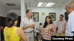 Ernesto Londoño del New York Times (2do izq) con periodistas de Granma, entre ellos la subdirectora, Karina Marrón (c).